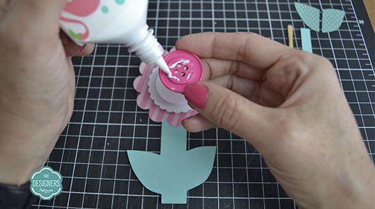 Cole o botão colorido no centro do Miolo Branco da da Flor Xadrez Rosa