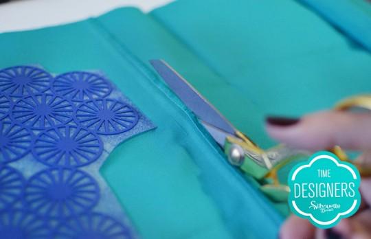 Corte tecido da almofada no tamanho desajdo