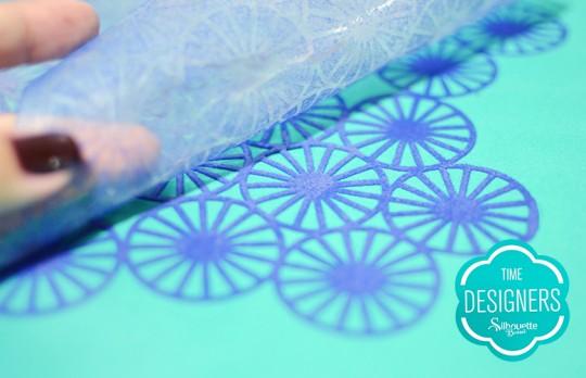 Aplique o filme termocolante no tecido da almofada
