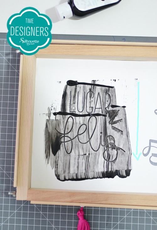Como Fazer Pintura com Stencil: Passo a Passo - Espalhe a tinta tinta na arte vazada com a espátula