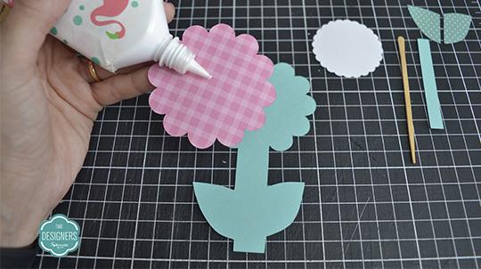 Cole camada xadrez rosa na base verde da flor