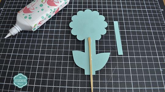 Cole palito na haste da base de papel verde da flor