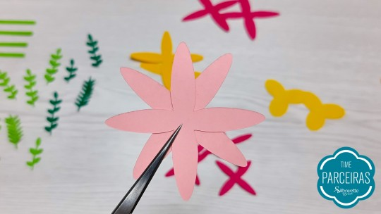 Montagem das flores: colar camadas pétalas sobre pétalas