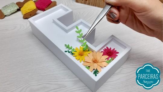 Colando folhas e flores nas letras