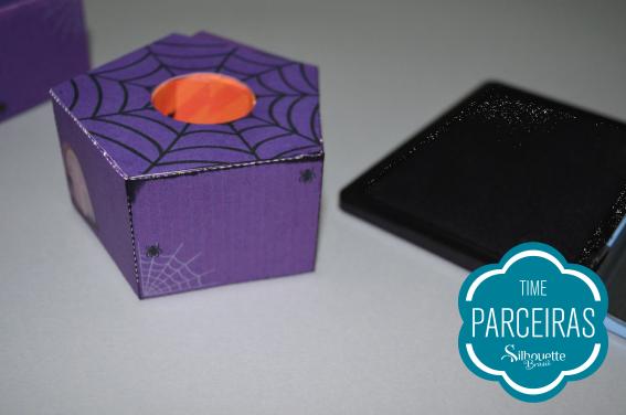 Faça detalhes na borda da caixa com a carimbeira preta