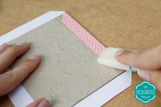 Colando primeira abinha na parte de dentro do papel paraná