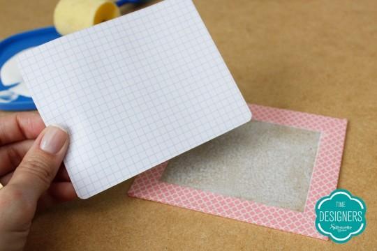 Cole a guarda na parte de dentro do papel paraná para dar acabamento