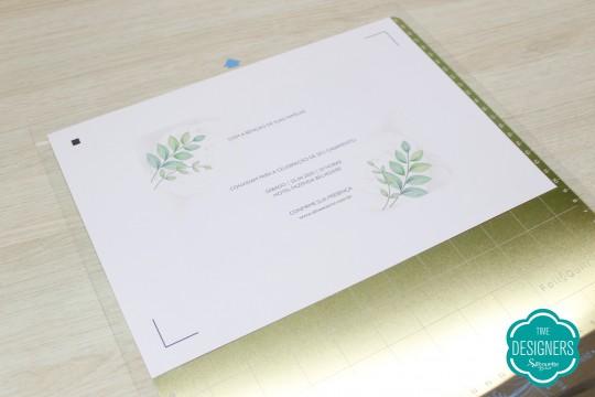 Colocando a folha do convite na Base Magnética Foil Quill