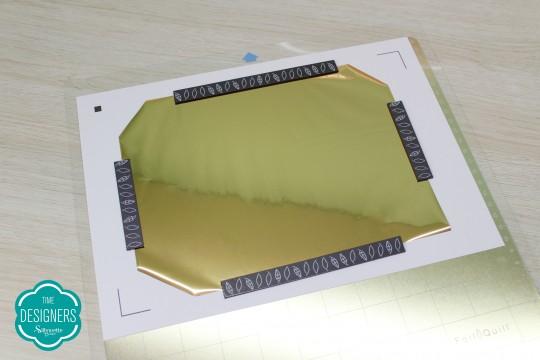 Fixe a folha de foil com na folha de convite com o imã