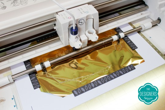 Silhouette metalizando o convite com o Foil Quill