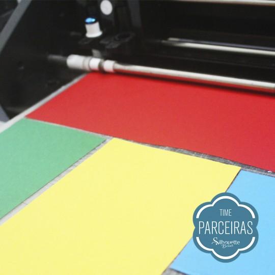 Coloque retalhos de papeis coloridos na base de corte da Silhouette