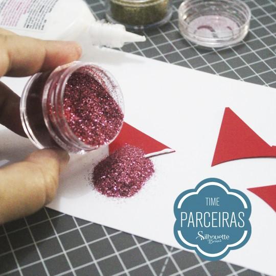 Aplicação de glitter na cola