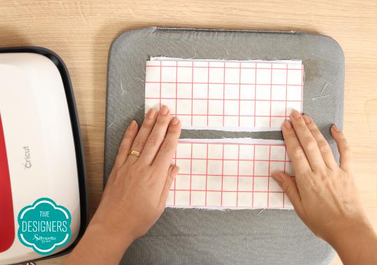 Coloque o transfer com a impressão virada para baixo nos tecidos brancos menores