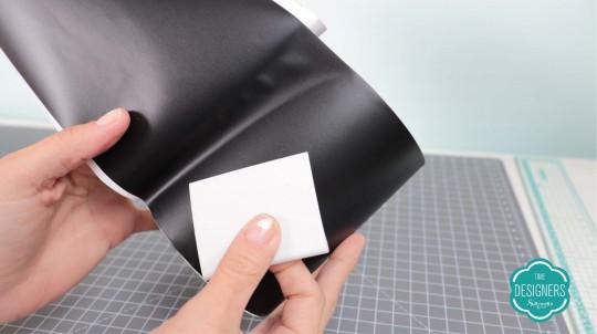 Use a espátula para ajudar na aplicação do vinil adesivo no pote de vidro