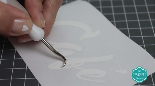 Depile o corte no vinil adesivo usando o Gancho Silhouette
