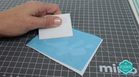 Aplique a máscara de transferência no vinil adesivo