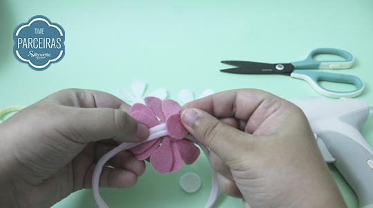 Cole círculo de feltro atrás da flor na tiara de meia