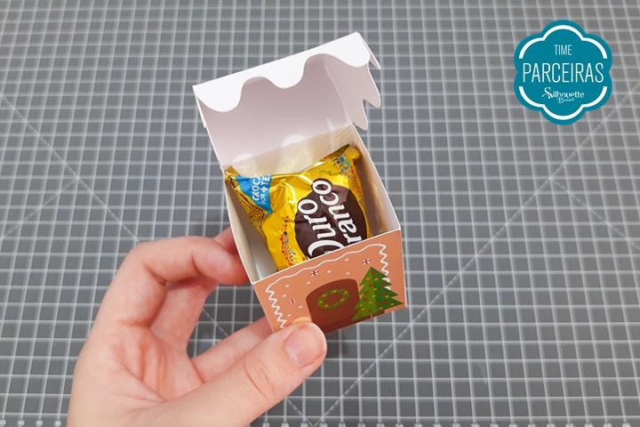 Colocar o doce ou chocolate dentro da caixinha de Natal